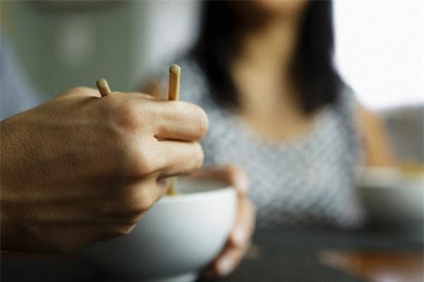 Đang ăn cơm mà chồng tôi đập luôn bát trên tay chỉ vì 200 triệu - Ảnh 2.