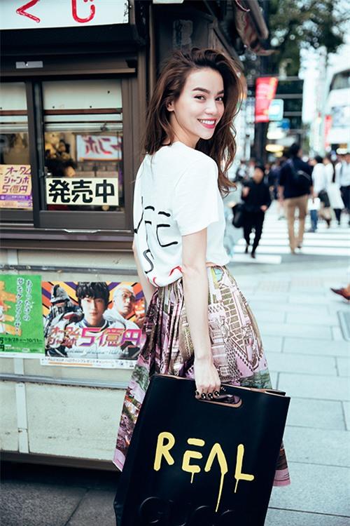 Những chiếc áo phông trị giá hơn chục triệu đồng của người đẹp Việt - Ảnh 4.