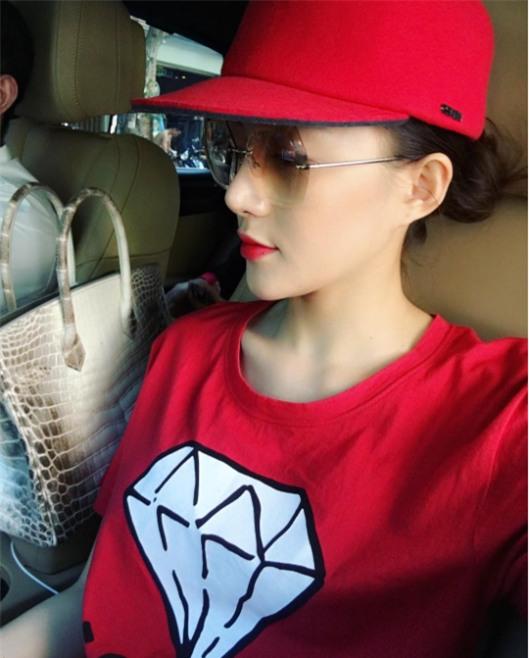 Những chiếc áo phông trị giá hơn chục triệu đồng của người đẹp Việt - Ảnh 9.