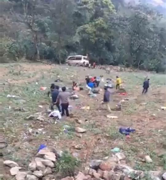Xe khách lao xuống vực sâu ở Sa Pa: 5 nạn nhân thở bằng máy - 1