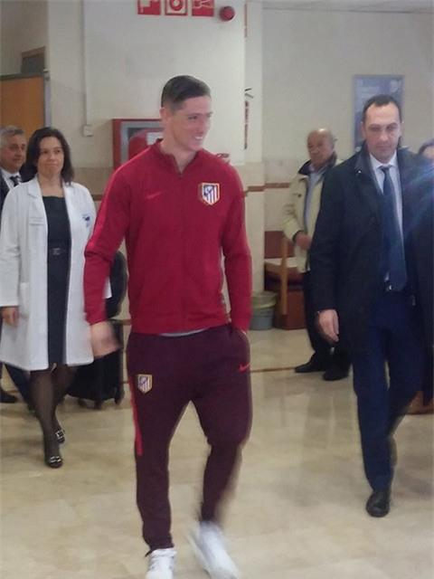 NÓNG: Những hình ảnh đầu tiên của Torres sau chấn thương - Ảnh 2.