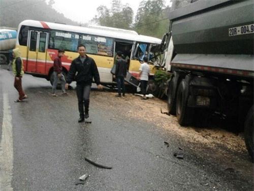Xe buýt nát bươm sau cú tông xe tải, 9 người thương vong - 1