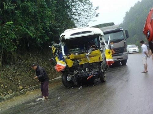 Xe buýt nát bươm sau cú tông xe tải, 9 người thương vong - 2