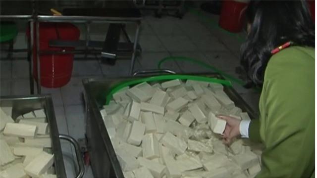 Cơ sở sản xuất đậu phụ pha chế bột thạch cao - chất cấm trong chế biến thực phẩm vừa được phát hiện tại TP Huế. Ảnh cắt từ clip.