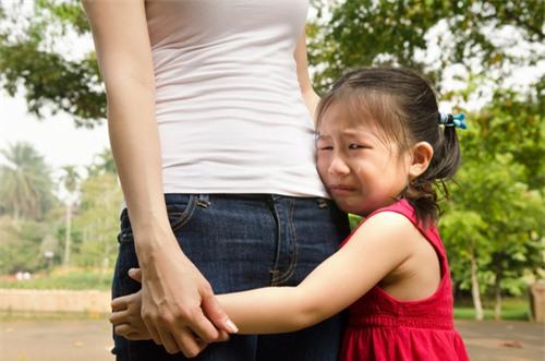 Con trẻ thu mình sợ hãi cả thế giới vì những thói quen này của bố mẹ - Ảnh 1.