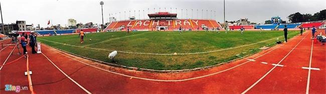 CĐV Hải Phòng vất vả xem bóng đá ngày VFF treo sân Lạch Tray - Ảnh 1.