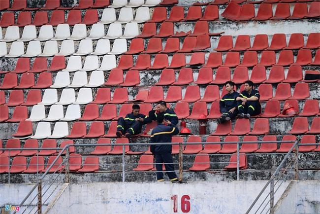 CĐV Hải Phòng vất vả xem bóng đá ngày VFF treo sân Lạch Tray - Ảnh 2.