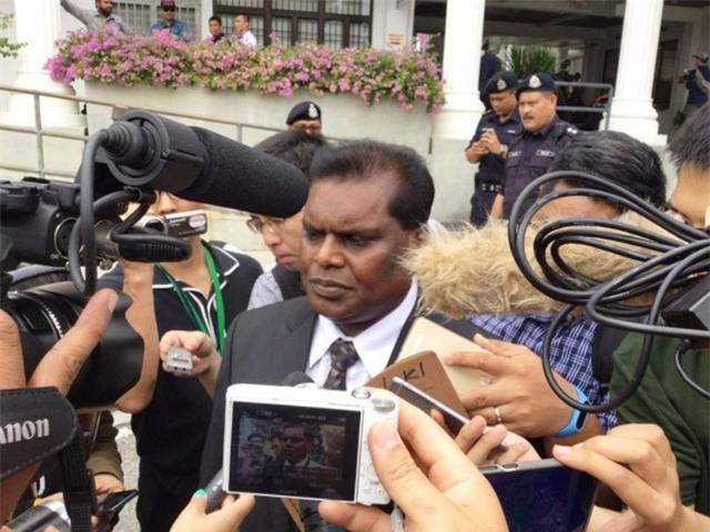 Luật sư bào chữa của nghi phạm Đoàn Thị Hương phát biểu với báo giới. (Ảnh: Twitter)