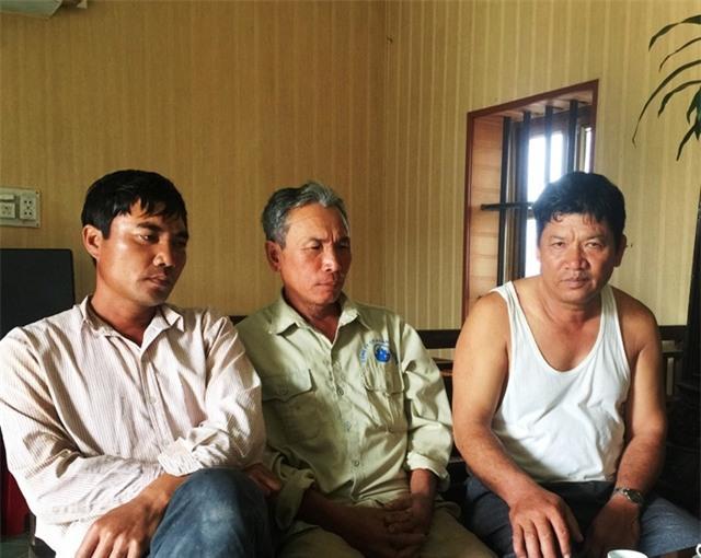 Ông Đoàn Văn Thạnh (bìa phải) đã nhờ luật sư chuyển thư tay động viên con gái Đoàn Thị Hương.