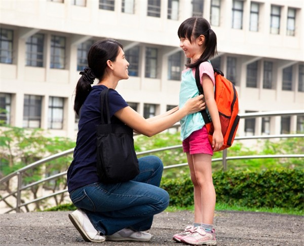 Bận đến mấy bố mẹ cũng cần buông điện thoại để quan tâm đến con trong 7 khoảnh khắc quan trọng mỗi ngày - Ảnh 2.