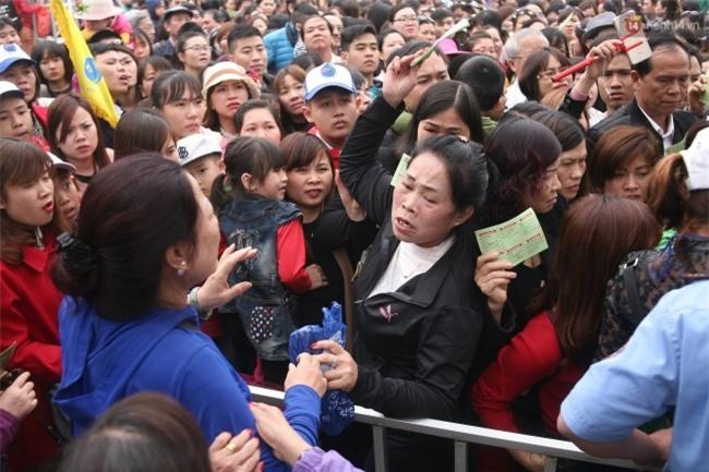 Lễ hội hoa gây thất vọng ở Hà Nội và nghịch lý kì dị: Càng chê càng tò mò và cứ thế kéo đến đông - Ảnh 1.