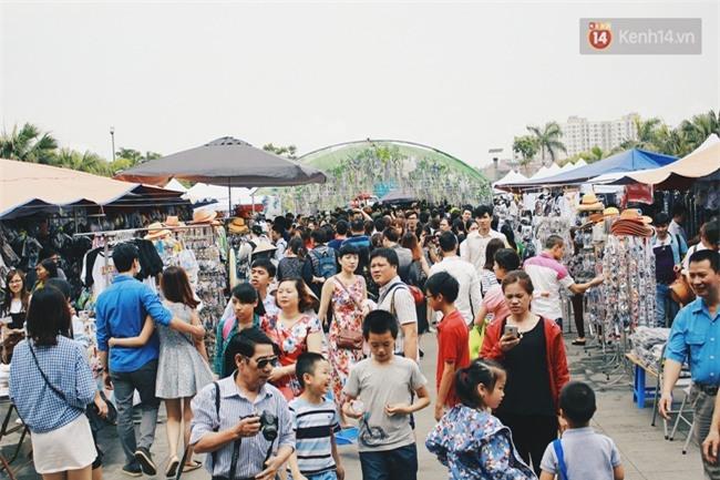 Lễ hội hoa gây thất vọng ở Hà Nội và nghịch lý kì dị: Càng chê càng tò mò và cứ thế kéo đến đông - Ảnh 2.