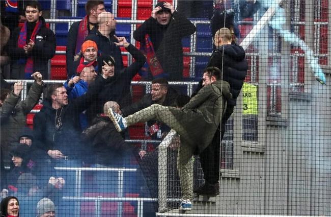 Bao luc bung phat o tran CSKA Moscow gap Zenit hinh anh 2
