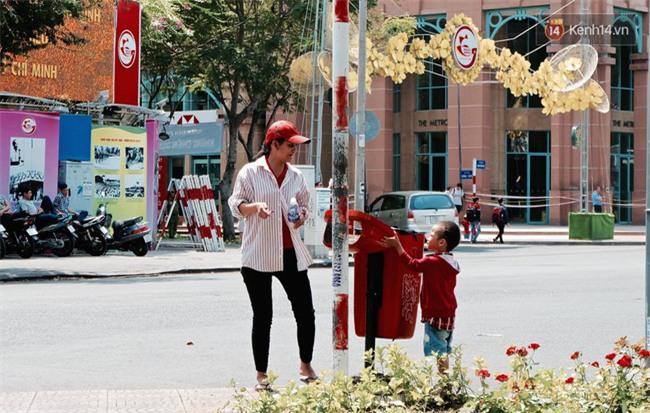 Gặp mẹ con cậu bé lượm ve chai trong bức ảnh xếp dép: Tôi không có tiền cho thằng bé đi học, nó cứ khóc - Ảnh 8.