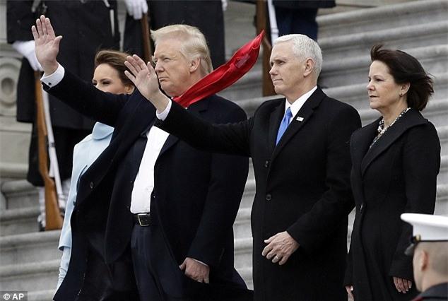Cà vạt của Tổng thống Donald Trump luôn được cố định gọn gàng và đây là lý do tại sao - Ảnh 2.