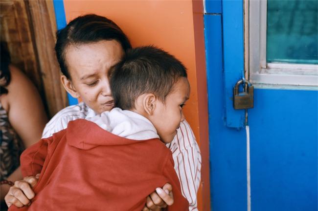 Nhiều người xúc động và muốn giúp cậu bé 5 tuổi trong bức ảnh xếp dép được đi học miễn phí - Ảnh 1.