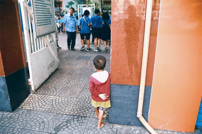 Nhiều người xúc động và muốn giúp cậu bé 5 tuổi trong bức ảnh xếp dép được đi học miễn phí - Ảnh 12.