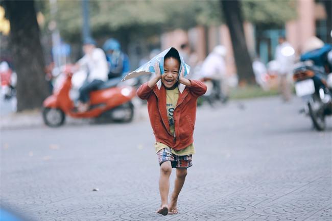 Nhiều người xúc động và muốn giúp cậu bé 5 tuổi trong bức ảnh xếp dép được đi học miễn phí - Ảnh 3.