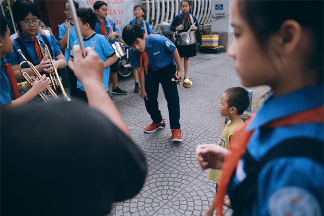 Nhiều người xúc động và muốn giúp cậu bé 5 tuổi trong bức ảnh xếp dép được đi học miễn phí - Ảnh 5.