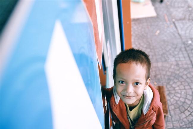Nhiều người xúc động và muốn giúp cậu bé 5 tuổi trong bức ảnh xếp dép được đi học miễn phí - Ảnh 9.