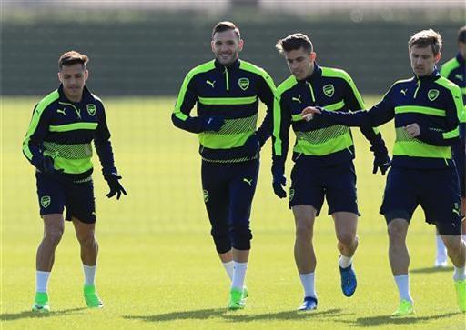 Sanchez (trái) tươi cười tập luyện cùng các đồng đội