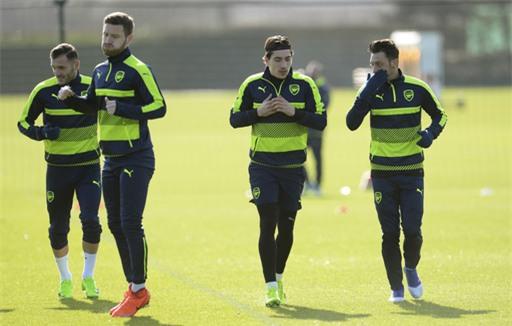 Perez, Mustafi, Bellerin và Ozil cùng nhau tập luyện (từ trái sang phải)