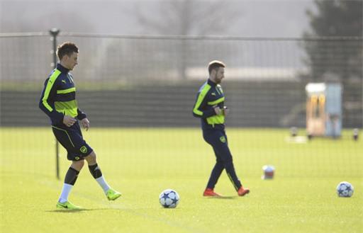 Koscielny (trái) chuyền bóng cùng các đồng đội. Nếu không có chuyện đột xuất, anh và Mustafi sẽ vẫn là cặp trung vệ của Arsenal tiếp đón Bayern Munich