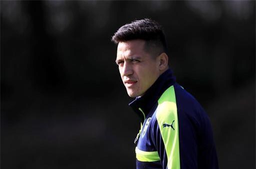 Sanchez bước ra sân tập với vẻ mặt khá thoải mái, không có dấu hiệu cho thấy tiền đạo này bất mãn