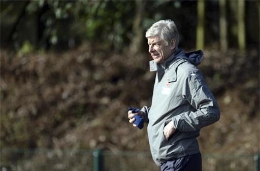Wenger bước ra sân tập, chiến lược gia người Pháp cũng tỏ ra khá thoải mái