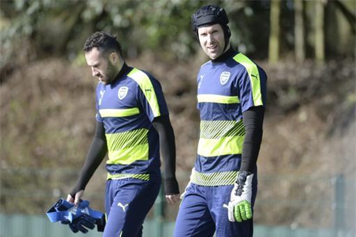 Cặp đôi thủ môn của Arsenal, Ospina (trái) và Cech (phải). Đấu trường châu Âu, Wenger sử dụng Ospina bắt chính cho Arsenal