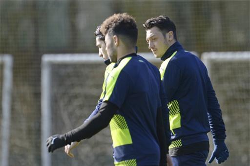Ozil (phải) trở lại tập cùng đồng đội sau khi hết ốm, cuối tuần qua anh không thể thi đấu cùng Arsenal
