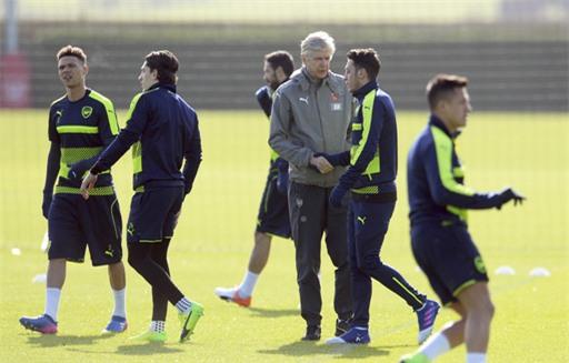 Wenger bắt tay Ozil trên sân tập, ông cũng bắt tay Sanchez