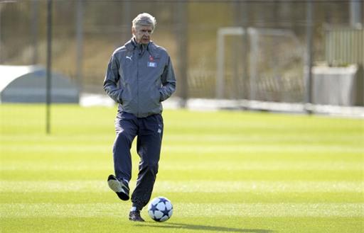 Wenger ngẫu hứng tung chân sút bóng trên sân tập của Arsenal