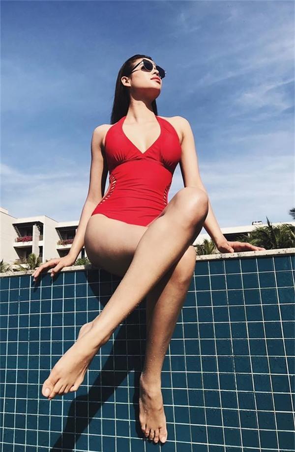 Dù có vòng một chỉ 80 cm nhưng khung xương đồng hồ cát lại giúp Phạm Hương tự tin khi diện bikini, đặc biệt là loại một mảnh. Trong loạt hình ảnh mới nhất với thiết kế màu đỏ, Hoa hậu Hoàn vũ Việt Nam 2015 khiến người xem khó thể rời mắt.
