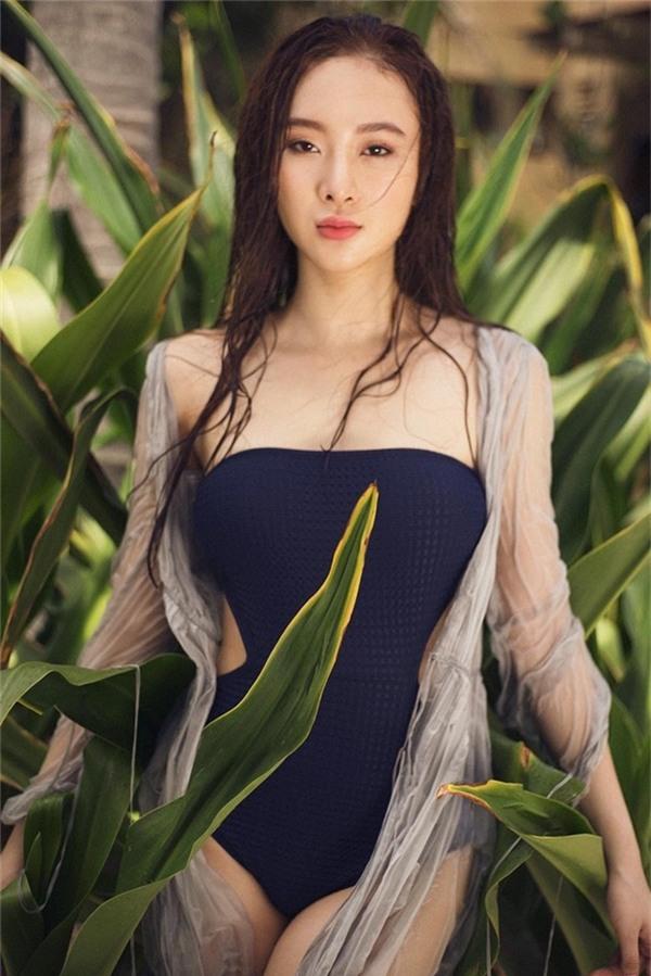 Angela Phương Trinh chọn khoe dáng với thiết kế cúp ngực, đan len móc màu đen cá tính.