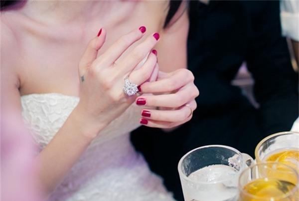Nhẫn cưới của Thủy Tiên cũng được định giá khoảng 1 tỷ đồng, con số không hề nhỏ.