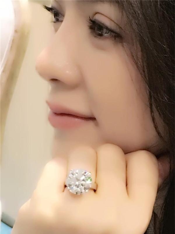 Trong một lần chia sẻ hình ảnh trên trang cá nhân, Lý Nhã Kỳ gây chú ý với chiếc nhẫn kim cương lấp lánh. Dù không trực tiếp xác nhận nhưng theo một số nguồn tin thân cận, chiếc nhẫn mà Lý Nhã Kỳ đeo có giả khoảng 5 triệu USD, tương đương 100 tỷđồng. Có thể thấy, chỉ với một món trang sức, phụ kiện của Lý Nhã Kỳ đã đáng cả gia tài. Chính vì thế, cơ ngơi hiện tại của nữ diễn viên vẫn là một dấu chấm hỏi lớn trong lòng khán giả.