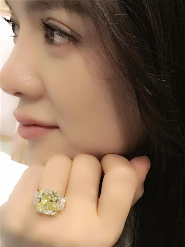 Một lần khác, cô lại úp mở chuyện được cầu hôn với hình ảnh chiếc nhẫn có hạt to bản, màu vàng xanh bắt mắt, được cho là có giá khoảng 60 tỷ.