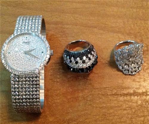 Trong bộ trang sức này của Lý Nhã Kỳ, chiếc nhẫn nằm giữa có giá khoảng 11 tỷ đồng.