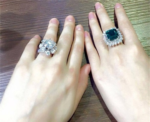 Tháng 4/2015, Hồ Ngọc Hà tham dự một sự kiện và đeo chiếc nhẫn kim cương to được đồn đoán trị giá khoảng 21 tỷ. Nhưng thực tế, theo lời nữ ca sĩ chia sẻ, chiếc nhẫn trên chỉ có giá hơn 3 tỷ đồng.