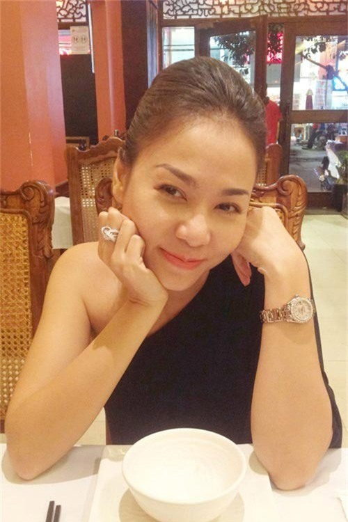 """Trước khi kết hôn, Thu Minh cũng từng """"khoe khéo"""" chiếc nhẫn kim cương trị giá khoảng 6 tỷ đồng. Đây cũng được đồn đoán là nhẫn cầu hôn ông xã dành cho Thu Minh."""