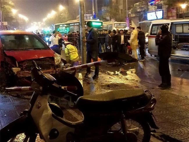 Hà Nội: Ô tô mất lái đâm hàng loạt phương tiện giao thông, 7 người thương vong - Ảnh 2.