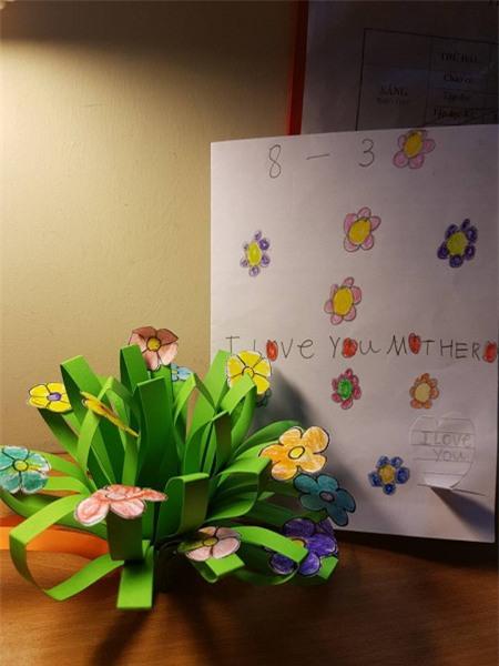 Bé còn cầu kỳ, tỉ mẩn trang trí bưu thiếp, làm lẵng hoa bằng giấy để tặng mẹ.