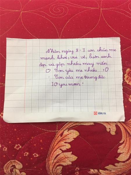 Chị Trần Hoàng Yến cũng không giấu được niềm vui khi cậu con trai lớp 1 đã biết viết những dòng chữ yêu thương đầu tiên tặng mẹ.