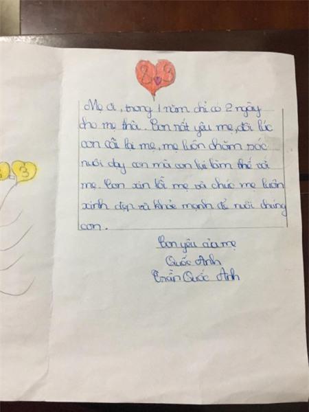 Vô cùng cảm động khi nhận được món quà từ con trai trong ngày sinh nhật con, chị Nguyễn Hồng Anh tự hào vì cậu con trai 10 tuổi ngày càng trưởng thành và bản lĩnh. Chị tin tưởng sau này con sẽ là người đàn ông biết mang lại niềm vui cho người phụ nữ yêu thương.