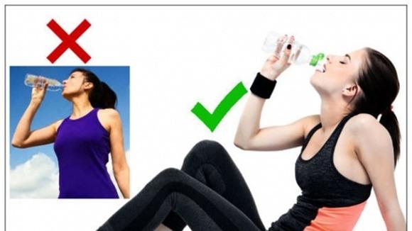 uống nước, uống nước ở tư thế đứng, đứng uống nước, uống nước khi ngồi, tác hại uống nước khi đứng, bạn uống nước khi đứng