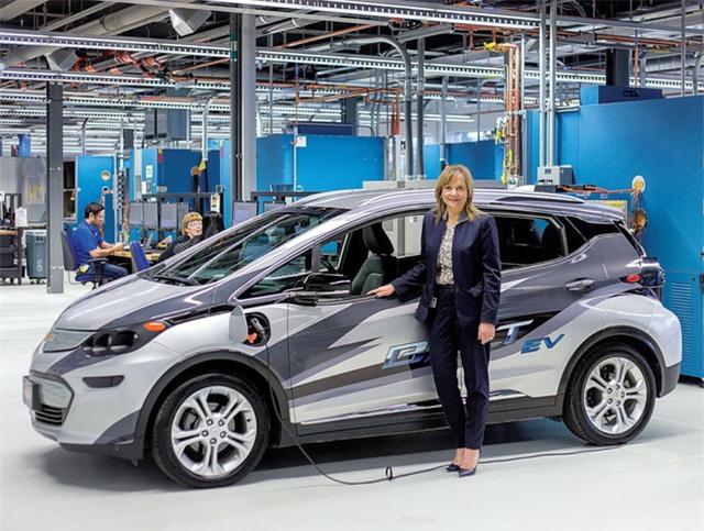 9 giờ 35 phút sáng: Bà có mặt tại Trung tâm Năng lượng thay thế, thuộc Khu công nghệ của GM ở Warren, tiểu bang Michigan, nơi thực hiện hầu hết công việc thử nghiệm mẫu xe chạy điện Chevrolet Bold.