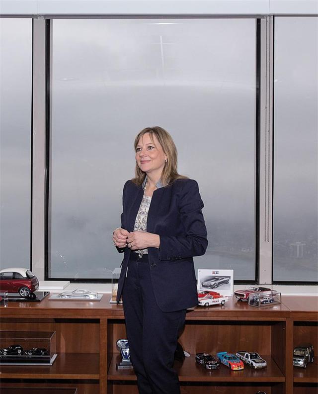 14 giờ chiều: Làm việc tại văn phòng, nơi trưng bày 34 chiếc xe mô hình, trong đó có phiên bản thu nhỏ của một trong những chiếc xe yêu thích của bà - Chevrolet Corvette C7. Chiếc xe đầu tiên mà bà phải lòng là một chiếc Chevrolet Camaro mui trần màu đỏ, khi bà mới lên 10.