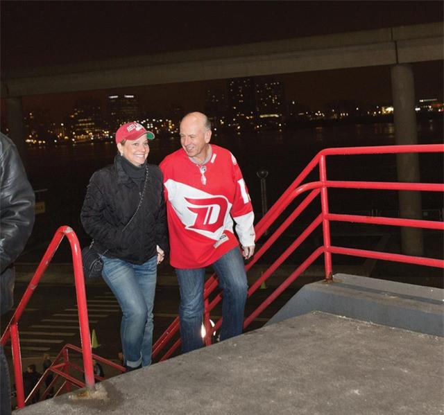 7 giờ 41 tối: Cùng chồng tới sân vận động Joe Louis Arena để xem đội hockey yêu thích của mình - Red Wings thi đấu với đội Winnipeg Jets. Mỗi năm bà ngồi trên khán đài cổ vũ cho đội Red Wing trung bình 10 lần. Bà thường đặt mua vé cho cả mùa giải.