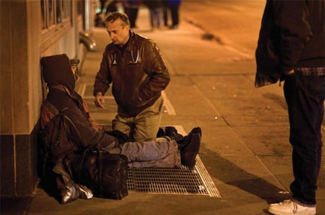 Giả nghèo khổ, nhà báo trẻ bất ngờ trước câu nói kỳ lạ của người vô gia cư - Ảnh 1.